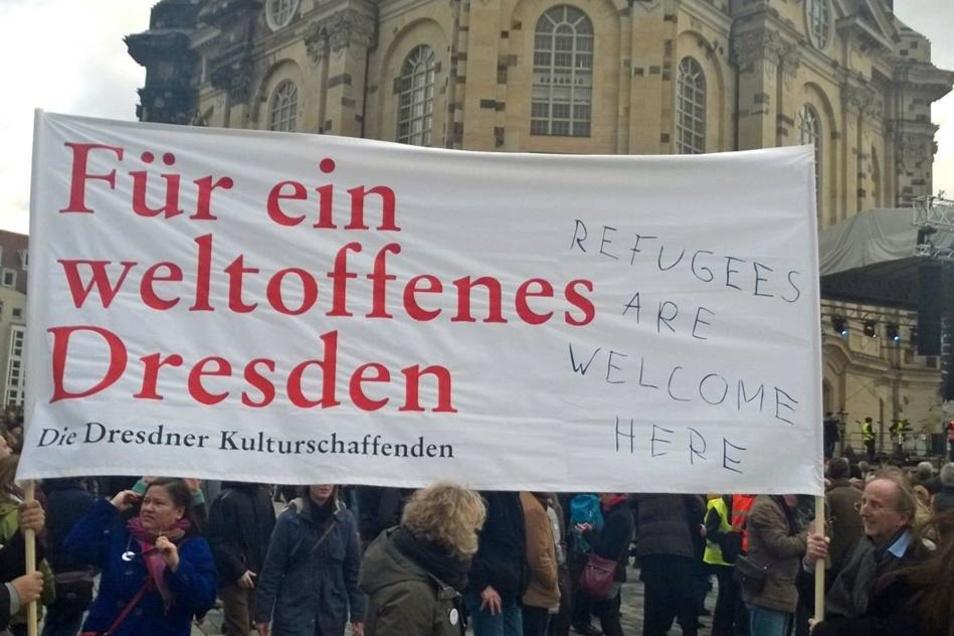 Vor der Frauenkirche haben sie ein Zeichen für Mitmenschlichkeit gesetzt und damit gegen die islam- und ausländerfeindlichen Ideen von Pegida.