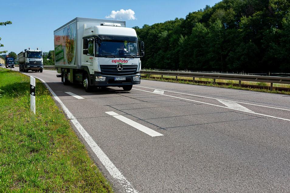 Über diese Induktionsschleifen im Asphalt wird bei Obercarsdorf die Zahl der Fahrzeuge gemessen, die auf der Bundesstraße B 170 unterwegs sind.
