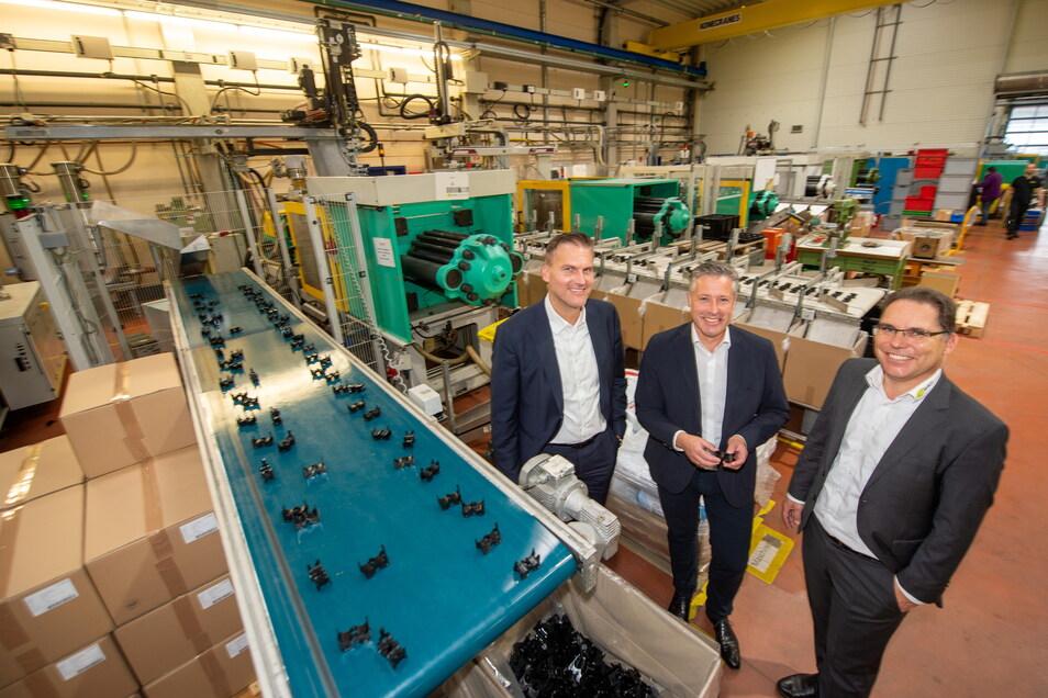 Die Geschäftsführer von Goerlich, Thomas Ehrlich (rechts) und Andreas Lindemann, sowie der Geschäftsführer der Innovations- und Beteiligungsgesellschaft Christian Müller (links) beim Vor-Ort-Termin in der Produktionshalle.