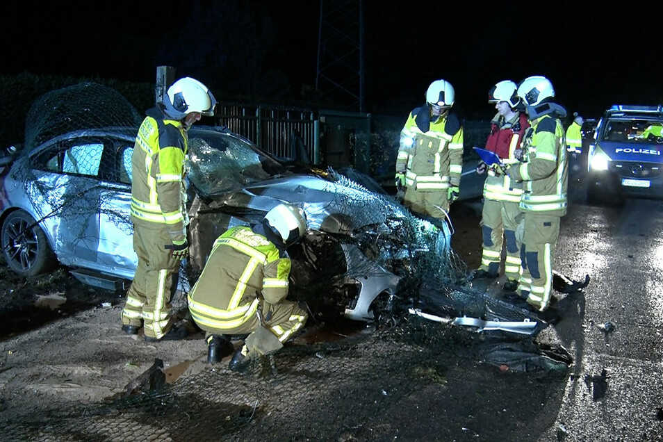 Der Wagen ist nach dem Unfall Schrott, die Insassen blieben unverletzt.