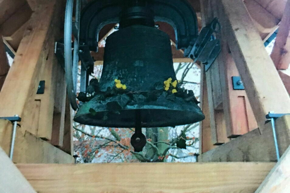 Ein Glockenturm auf Holz wurde bei der alten Schule in Neueibau errichtet.
