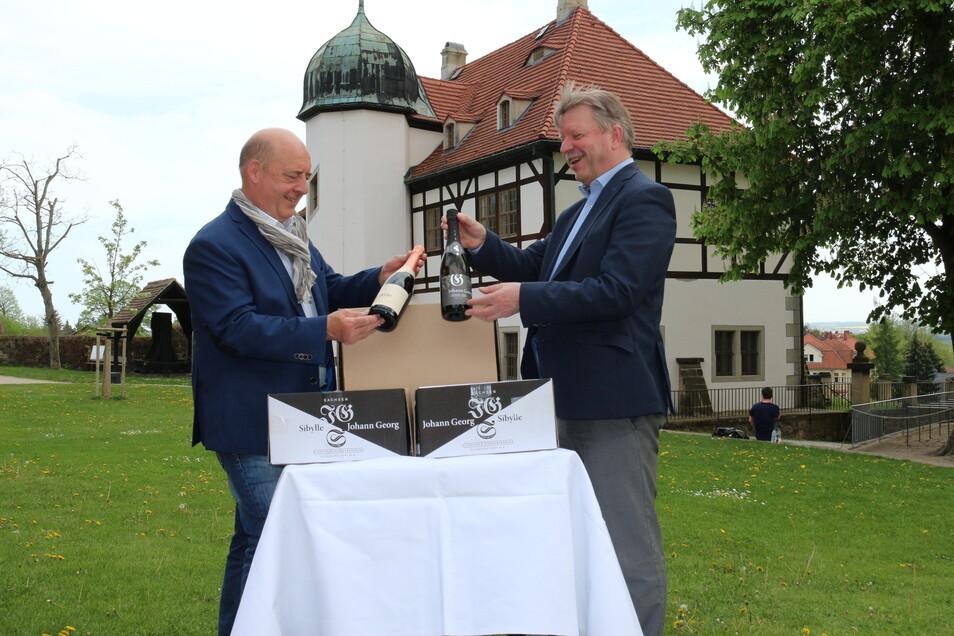 Hoflößnitzchef Jörg Hahn (links) und OB Bert Wendsche beim Sekt-Verpacken für St. Ingbert.