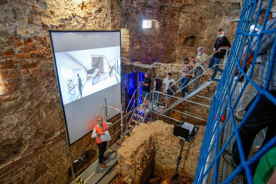 Über Baugerüste und steile Treppen wurden die Besucher durch das Langhaus geführt. In den Burgwasserturm (hinten) soll laut Planung ein Fahrstuhl eingebaut werden.
