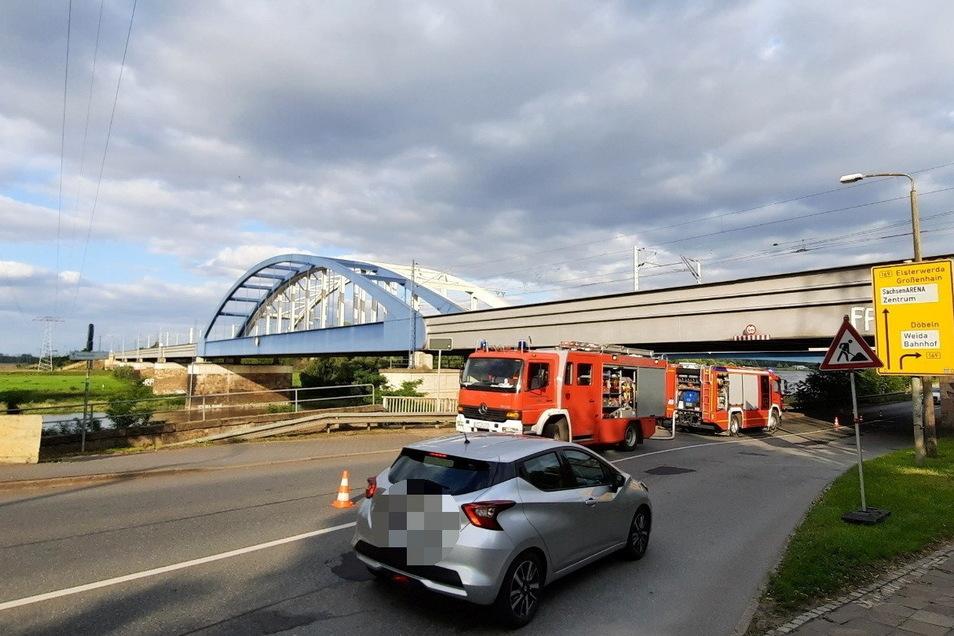 Die B 182 wurde halbseitig gesperrt, weil die Feuerwehr ihre Fahrzeuge auf der Fahrbahn abstellen musste,