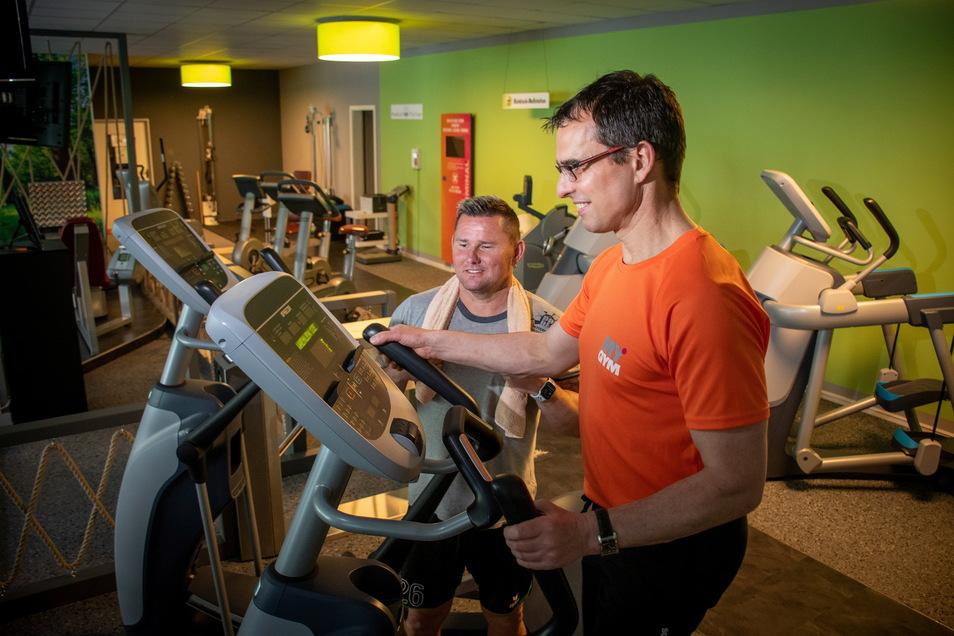 Roman Petters (links) will seinem Fitnesstrainer nicht mehr nur über die Schulter schauen, sondern möglichst rasch selbst wieder auf den Crosstrainer.