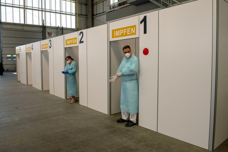 Impfärzte warten in einem Zentrum in Baden-Württemberg auf Impfwillige.