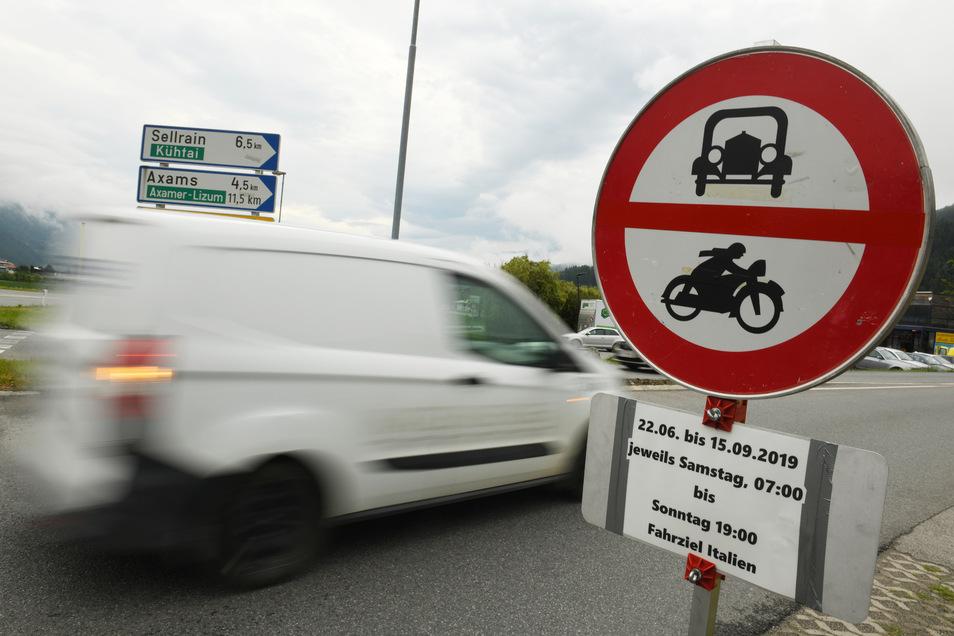 Ein Schild weißt in Tirol auf die Sperrung für den Verkehr mit Fahrziel Italien hin.