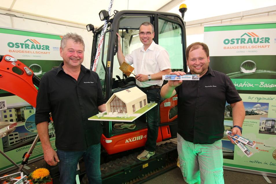 Der Geschäftsführer der Ostrauer Baugesellschaft Ralf Stephan, Prokurist Daniel Ulbricht und Tobias Stephan nahmen zum 30-jährigen Bestehen des Unternehmens viele Glückwünsche entgegen.