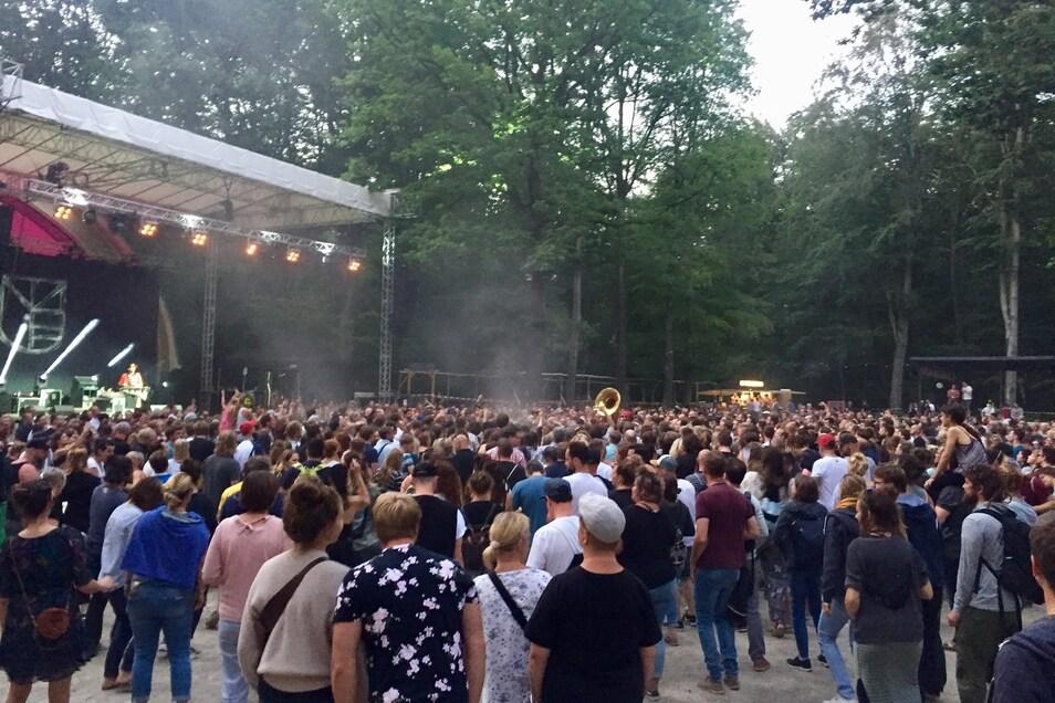 Nur die Posaune ist von der Band zu sehen, die sich unter das Publikum gemischt hat. Ein Bandmitglied hat ein Gipsbein und musste auf der Bühne bleiben.