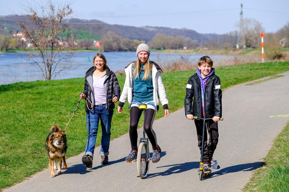 Ostern auf dem Elberadweg. Antje mit Hund Spike, Malou und Levi aus Dresden spazieren bei Skopi´s Biergarten in Coswig.