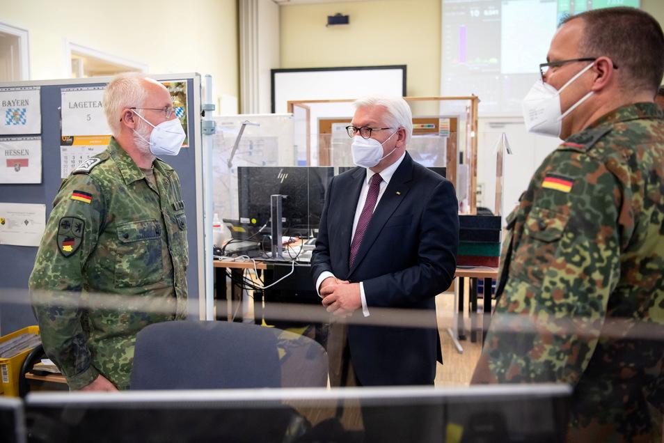 Bundespräsident Frank-Walter Steinmeier (M) besucht das Kommando Territoriale Aufgaben der Bundeswehr in Berlin und lässt sich über die zahlreichen Hilfseinsätze informieren.
