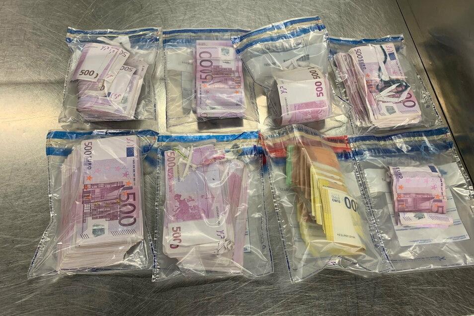 Sichergestelltes Bargeld liegt auf einem Tisch im Düsseldorfer Flughafen. Ein Fluggast wollte die 350.000 Euro in Schuhen und Unterhose an der Kontrolle vorbei schmuggeln.