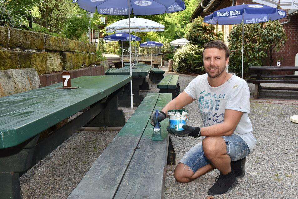 Bert Schumann, der Betreiber der Rabenauer Mühle, arbeitet kurz vor der Eröffnung der Biergartensaison am Feinschliff der Sitzgarnituren.