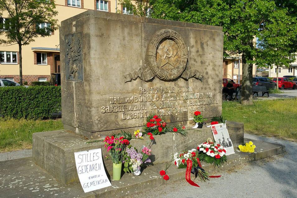 Ein Bild wie jedes Jahr: Blumen am Heidenauer Denkmal für die gefallenen sowjetischen Soldaten.