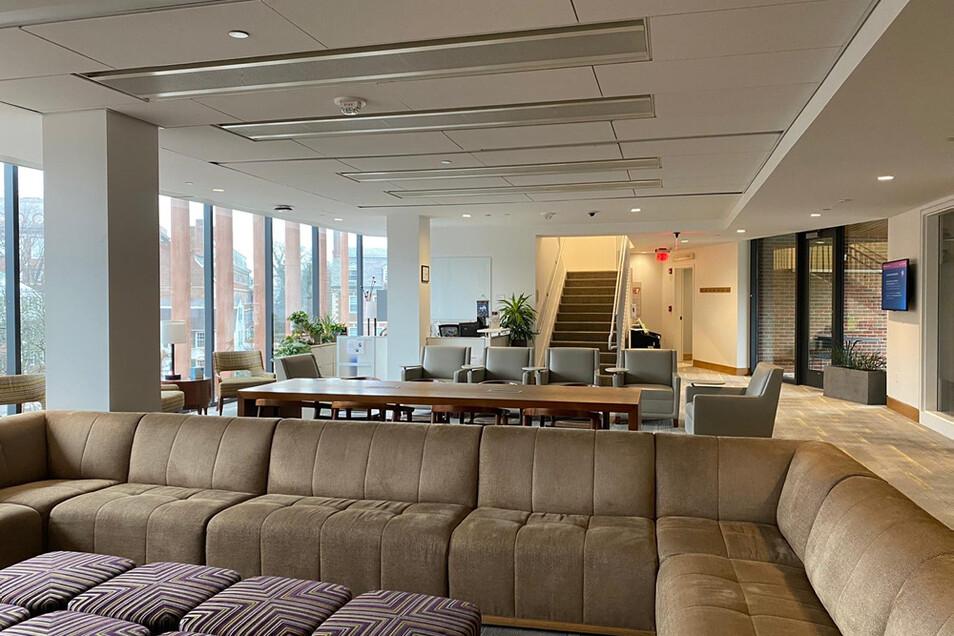 Die Harvard Kennedy School bietet im Innern sehr moderne Bedingungen, hier die Student Lounge, so eine Art Wohnzimmer für Studenten.