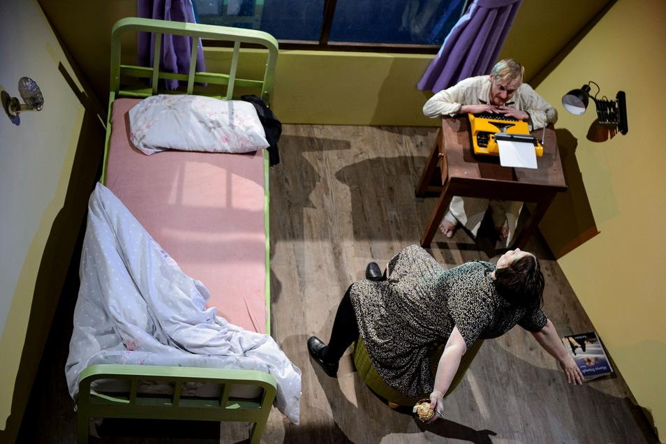 Annie Wilkes (Patricia Hachtel) zwingt Paul Sheldon (Paul Nörpel), das Buch zu schreiben, das sie lesen will.