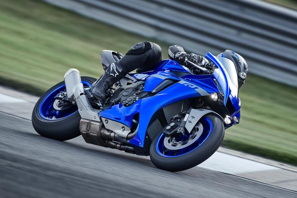 Yamaha YZF-R1: Das Bike wurde mit Hilfe bewährter YZR-M1-MotoGP-Technologie für die Rennstrecke entwickelt. Schon die Eckdaten von 147 kW (200 PS), 199 kg und 1.405 mm Radstand lassen erahnen, welches Potenzial das Bike bietet. Außerdem besitzt es einen Motor mit Crossplane-Technik, Fahrwerk mit kurzem Radstand und eine Steuerungselektronik, die mit modernster Sensorik arbeitet.