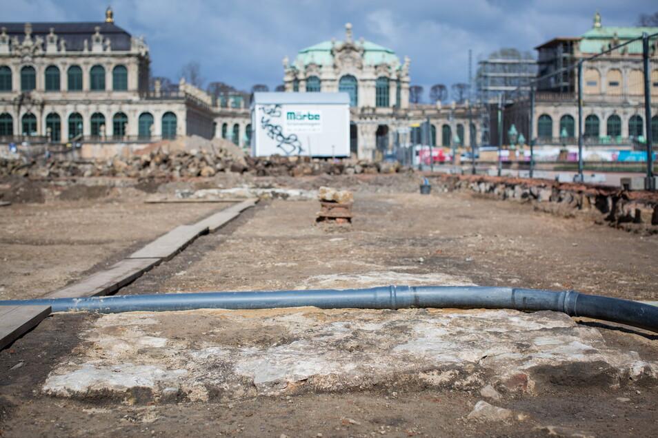 Im Vordergrund sind Teile des Fundaments des alten Reithauses zu sehen.