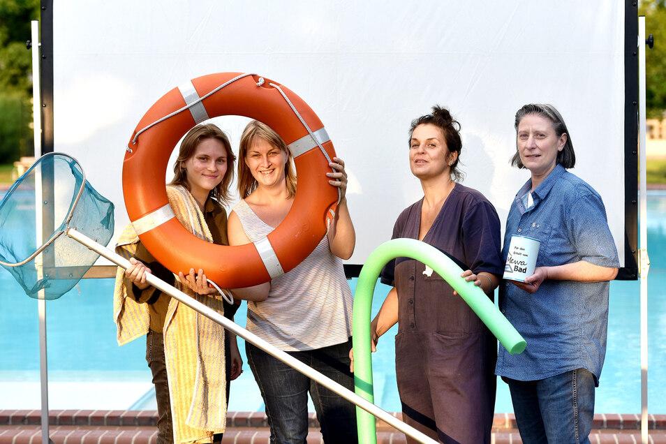Die Regisseurinnen Juliane Jaschow (l.) und Susanne Kim (2.v.l.) im Ostritzer Mewa-Bad. Seit Jahren engagieren sich Rosanna Pappani (r.) und Melanie Kottek für den Erhalt des kleinen Bades.