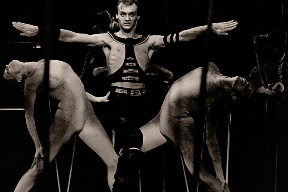 """Szene aus """"Der Dompteur"""", dem Ballett das Emöke Pöstenyi als Choreografin in Dresden auf die Bühne brachte."""