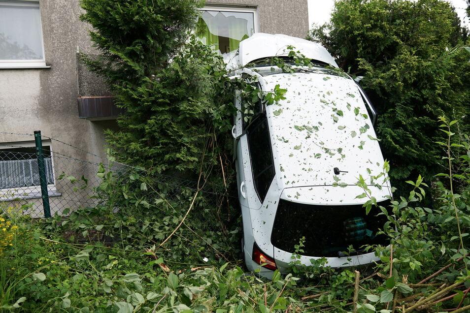 Nordrhein-Westfalen, Bad Driburg: Ein Auto hängt auf einem Balkon eines Wohnhauses in Bad Driburg (Kreis Höxter).