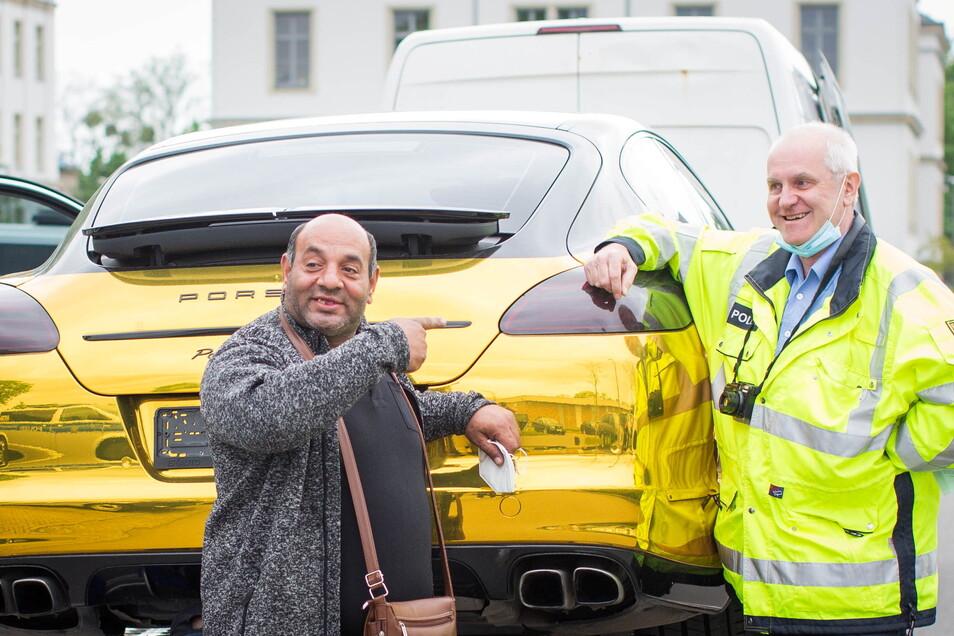 """""""Polizei gut!"""" befand Marin Atanasov (l.), der die Abholaktion des Gold-Porsche leitete. Polizeioberkommissar Michael Garschke ist froh, den spektakulären Wagen nun los zu sein."""