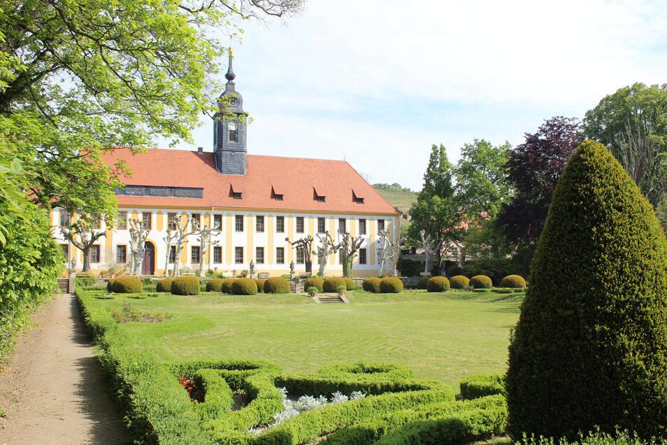 Der Schlosspark in Seußlitz ist für den Feiertag herausgeputzt.