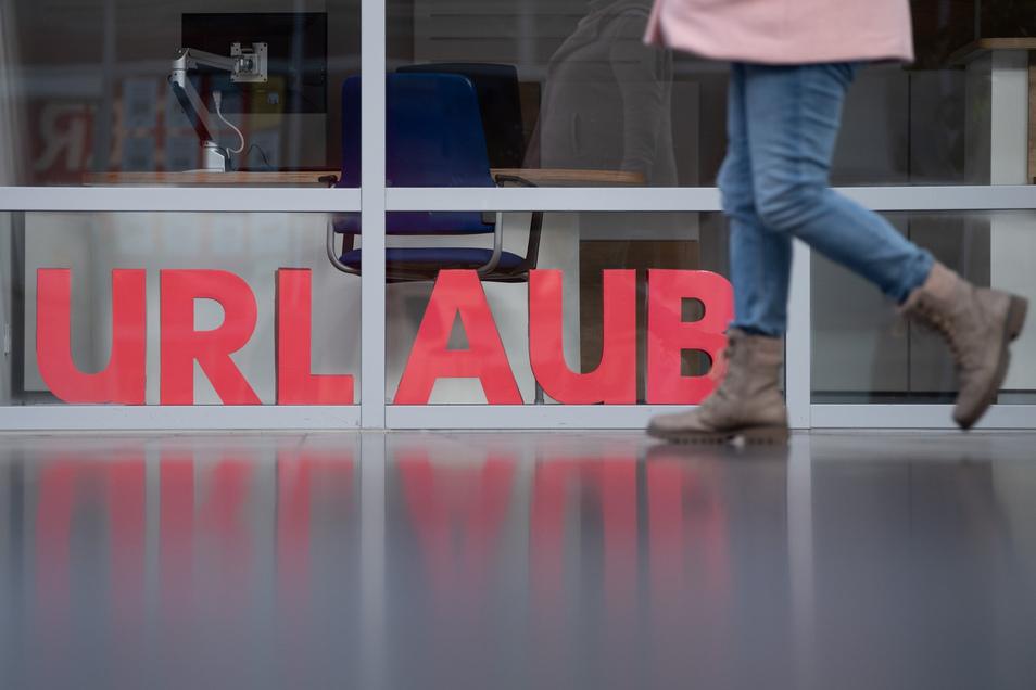 Großbuchstaben im Schaufenster eines geschlossenen Reisebüros.