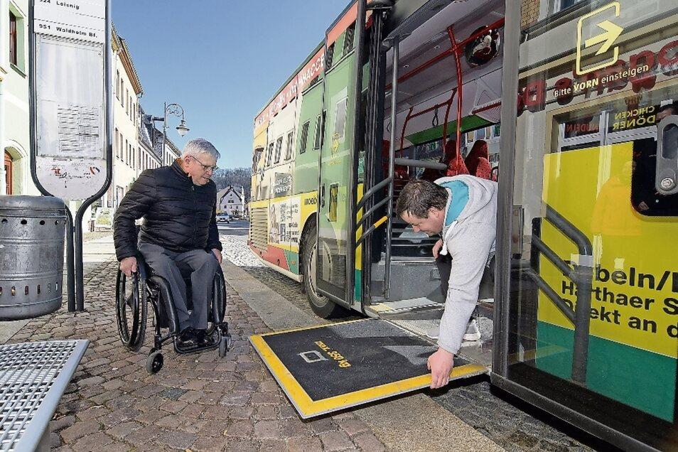 Landtags-Vizepräsident Horst Wehner sitzt seit 19 Jahren im Rollstuhl. Bei einem Test in Waldheim demonstriert ihm ein Busfahrer, wie er unkompliziert in den Bus fahren könnte.