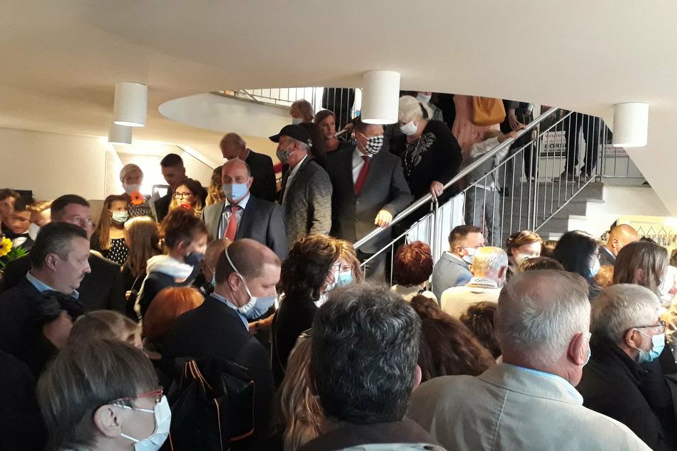 Aufgrund der engen Taktung stauten sich die Besucher im Treppenhaus der Coswiger Börse bei den Jugendweihe-Feierstunden am Sonnabend.