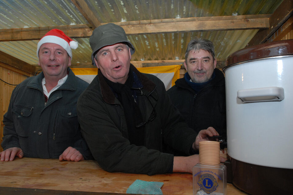 Auf dem Weihnachtsmarkt in Rothenburg 2007 verkauft Harald Schwarz zusammen mit Landrat Bernd Lange und Pfarrer Hans Christian Doehring Glühwein. Das ist eine Aktion des Lions Club dessen Mitglied Harald Schwarz war. Archivfoto: Rolf Ullmann