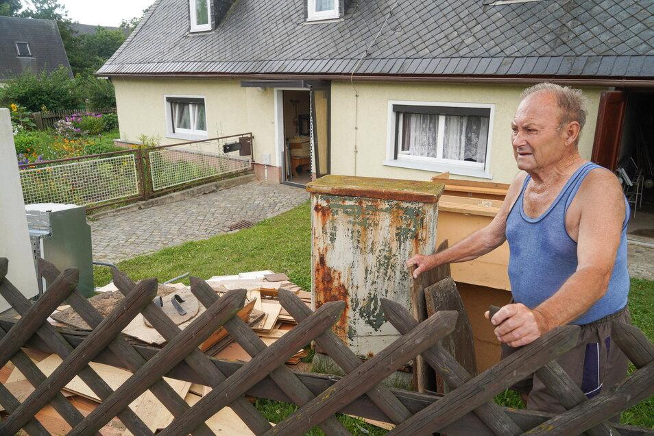 170 Haushalte waren von den jüngsten Überschwemmungen in Neukirch/Lausitz betroffen. Darunter auch Heinz Wilde, vor dessen Haus jetzt unbrauchbar Gewordenes liegt.