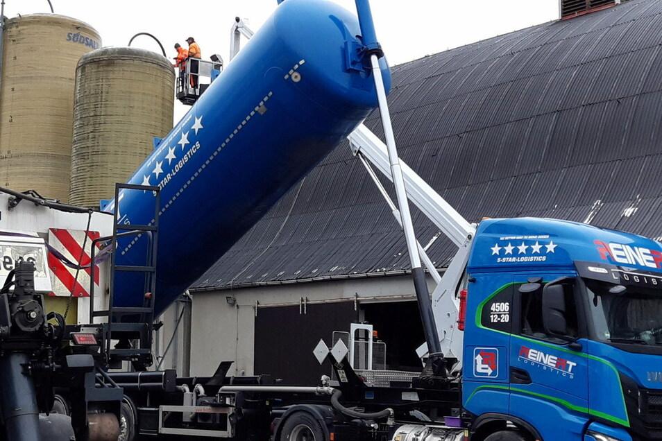 Anfang Januar 2021 füllte die AGV noch einmal ihre Salzlager nach. Offenbar eine gute Entscheidung: Bisher wurden diesen Winter mehr als 200 Tonnen Salz und Lauge verbraucht. Auch zwischendurch musste aufgestockt werden.