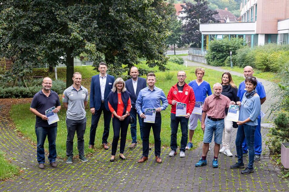 Alle zusammen für den Kindersport: Mitarbeiter von Helios, Jurymitglieder und Nachwuchstrainer.