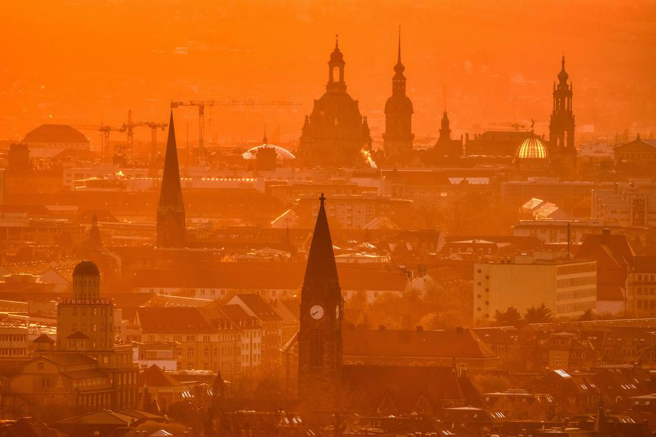 Sonnenuntergang über der Dresdner Altstadt: Am Wochenende soll es hier richtig heiß werden.