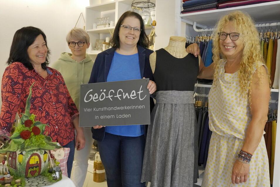 Von nun an immer in Meißen: Die Kunsthandwerkerinnen Bettina Schieser, Susann Starke, Madlen Breitsprecher, Elke Bettin (v.l.) haben einen Laden eröffnet.
