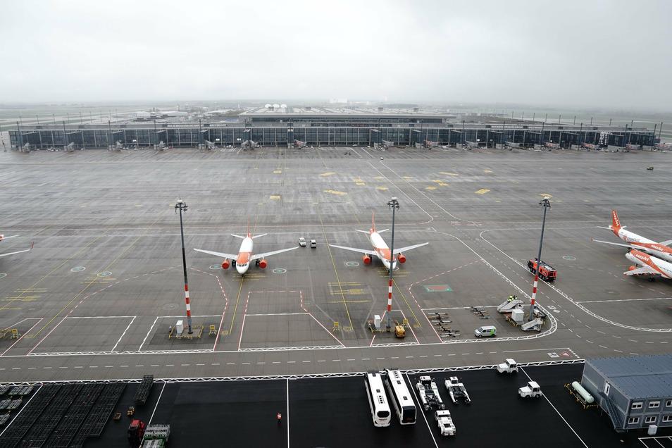 Flugzeuge der Fluggesellschaft Easyjet stehen vor dem Terminal 1.