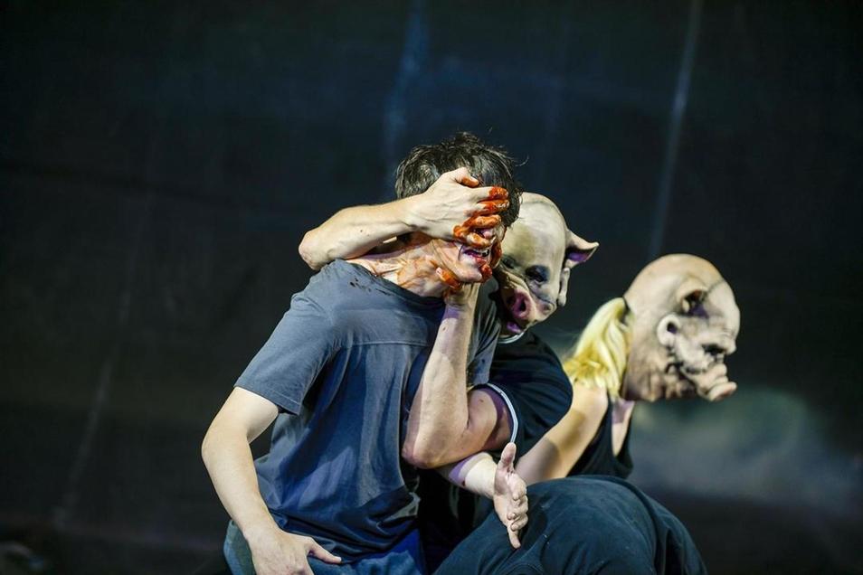 """Daniel Séjourné, Ingo Tomi, Ursula Hobmair (v. l.) in """"Mit der Faust in die Welt schlagen""""."""