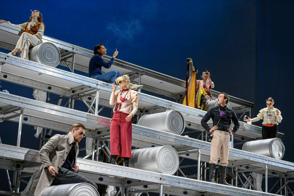 Der Zauberberg als Stahlgerüst – das Staatsschauspiel gibt sehr, sehr frei den Klassiker von Thomas Mann.
