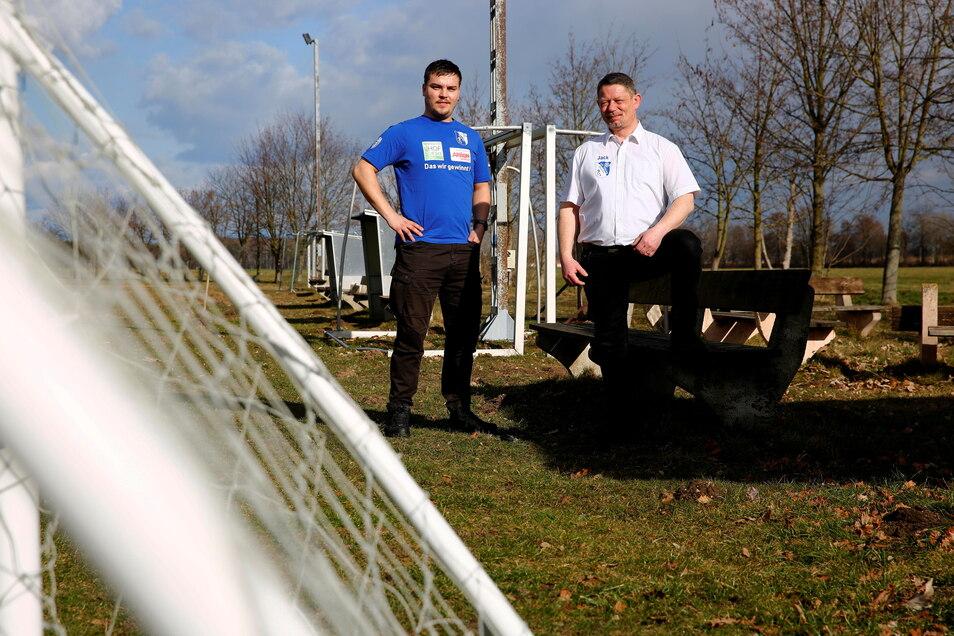 Kevin Käppler (l.) und Jack Köhler von der SG Oßling/Skaska setzen sich dafür ein, dass am Sportplatz neue Barrieren gebaut werden.