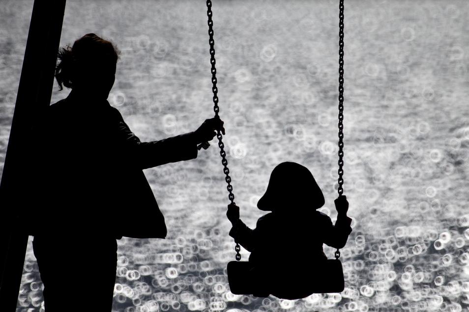 Fehlende Sozialkontakte, kaum Alltagsstruktur: Erste Untersuchungen zeigen bundesweit einen erhöhten Bedarf an psychiatrischen und psychologischen Beratungen bei Kindern und Jugendlichen.