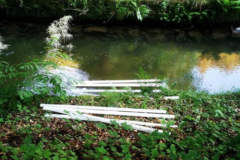 Bei anderen Bänken wurden die Holzlatten mit roher Gewalt herausgerissen.
