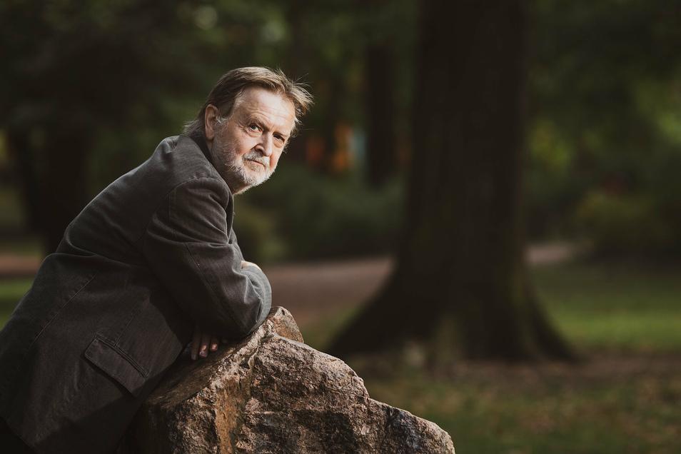 Der Lyriker Michael Wüstefeld an einem seiner Lieblingsorte in Dresden, im Hermann-Seidel-Park im Stadtteil Striesen.