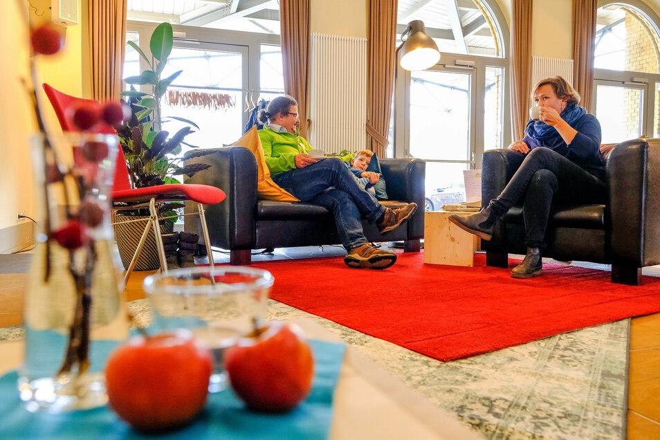 Mathias Abraham (links) und Edna Ressel haben in der gemütlichen Sitzecke des Freitags-Cafés Platz genommen.