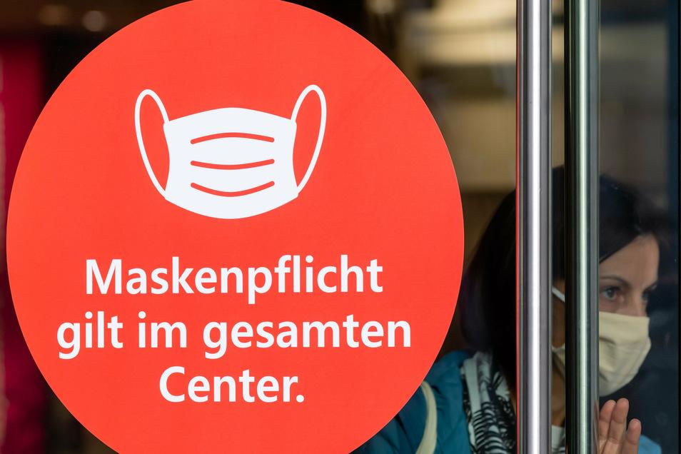 Die neuen Hinweisschilder prangen groß an den Eingangstüren des Bautzener Kornmarkt-Centers. Bisher galt die Maskenpflicht nur in den einzelnen Geschäften.