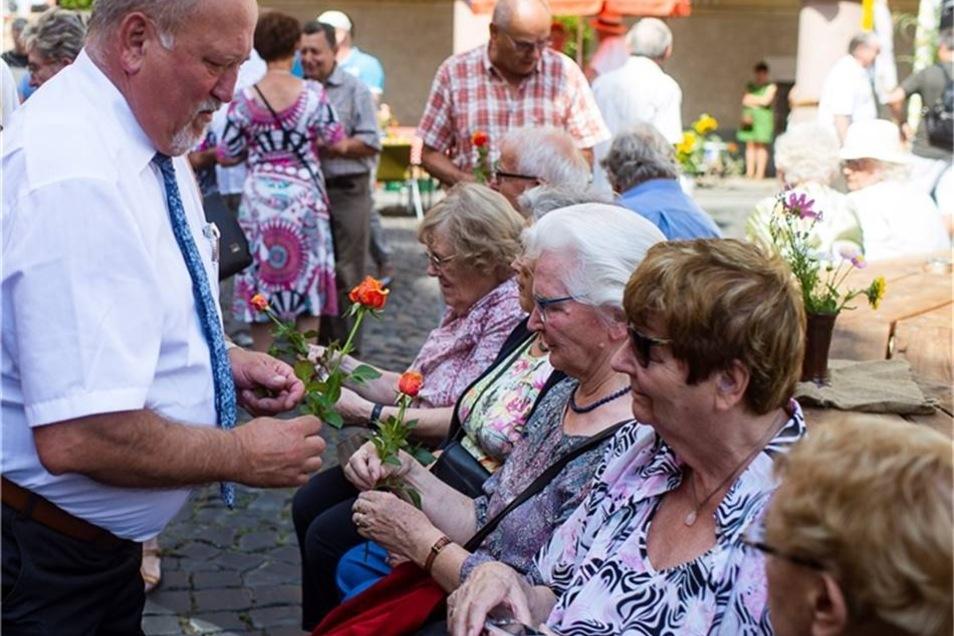 ... der sich anschließend auch die Zeit nahm, Rosen an die Besucherinnen es Tippelmarktes zu verteilen.
