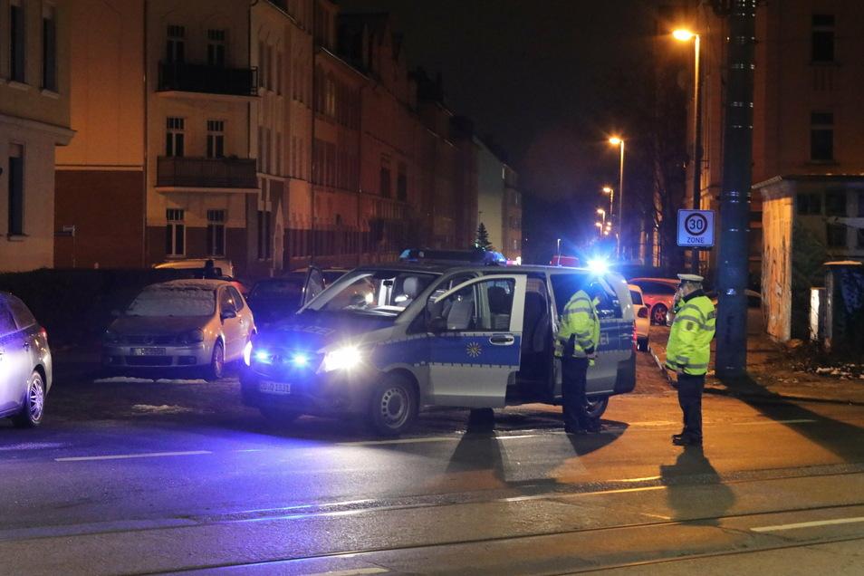 Polizeifahrzeuge blockieren am Mittwochmorgen eine Straße in Leipzig.