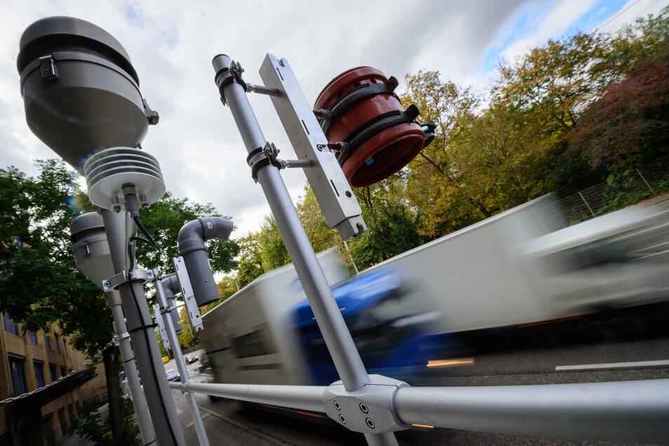 Wo ist es sinnvoll, die Luftbelastung zu messen: in Wohnsiedlungen oder am Rand großer Straßen?