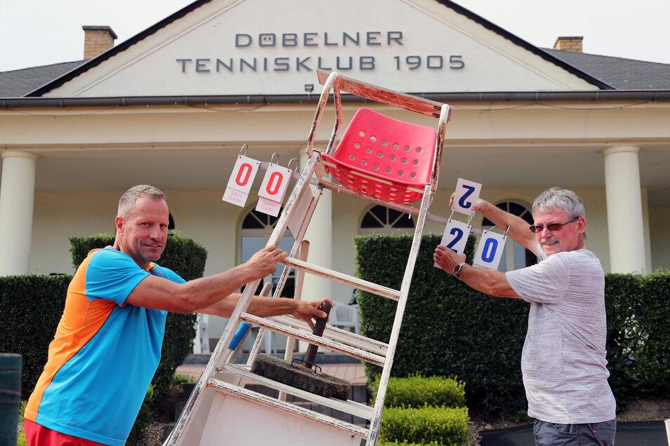 Mike Schulz (links) und Wolfgang Kuhnert vom Döbelner TC 05 bereiten die Tennisplätze in den Klostergärten mit weiteren Helfern für das 4. Döbelner Damenturnier am Wochenende vor.