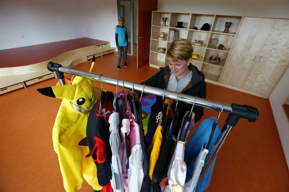 Im Theaterraum gibt es eine kleine Bühne und einige Kostüme zur Auswahl.